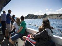 En barco mirando hacia la costa