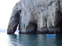 Barco junto al acantilado
