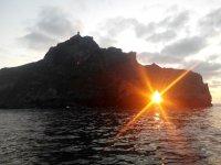 Puesta de sol atravesando las rocas