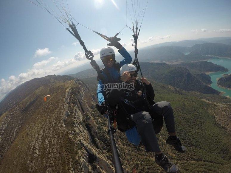 从蒙特塞(Montsec)进行双人滑翔伞