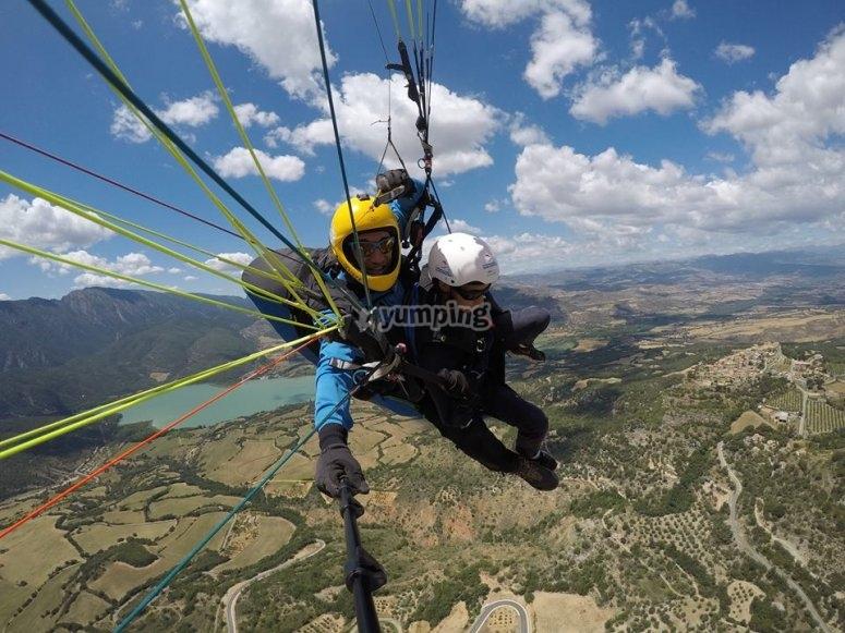在阿格(Ager)进行双人滑翔伞