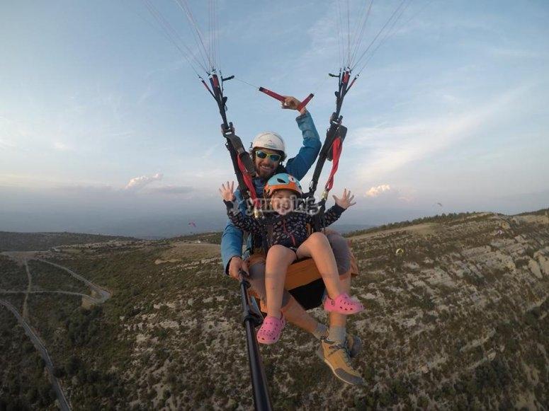 飞行员和小型乘客滑翔伞在阿格