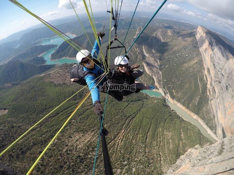 滑翔伞从蒙塔克飞行