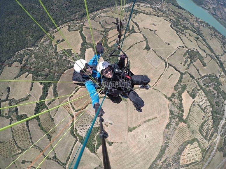 滑翔伞在阿格飞行