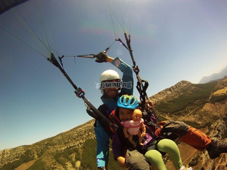 通过阿格(Ager)滑翔伞与孩子一起飞行