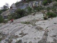 Escalador apoyandose en la roca