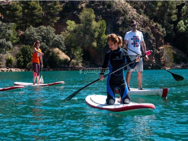 realizando paddle surf en embalse buendia