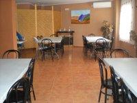 Saloncito con mesas