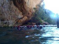 Cabezas asomando en el agua