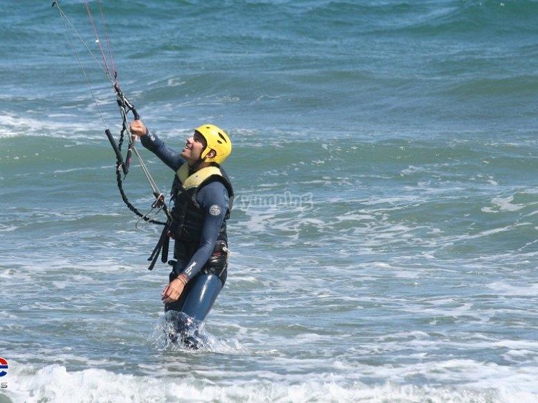 在水中风筝冲浪