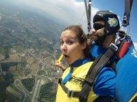 Sujetando el paracaidas abierto