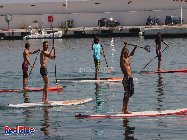 Grupo haciendo paddle Surf