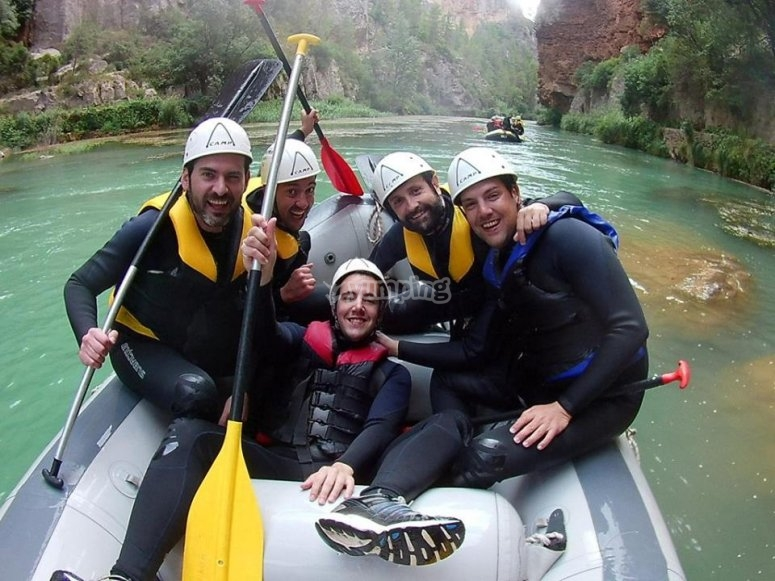 Amigos haciendo rafting en Mijares