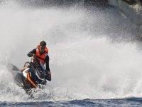 男孩在水上摩托车