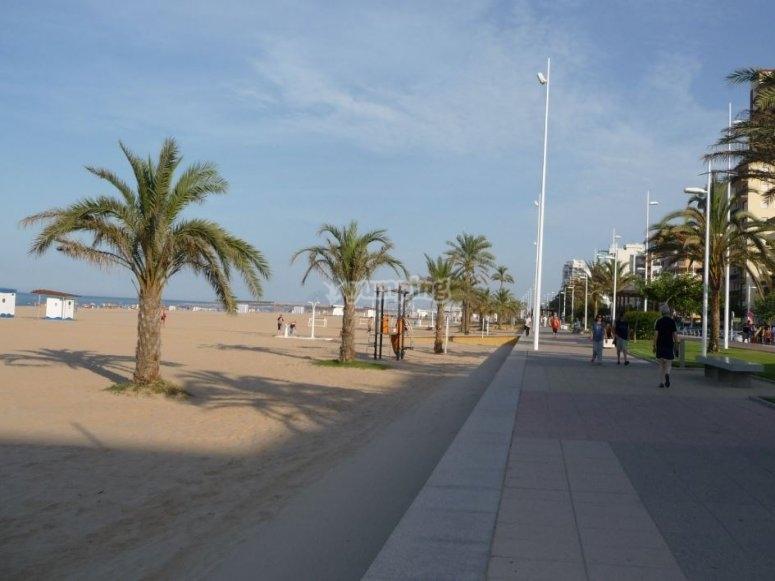 沿着甘迪亚海滩漫步