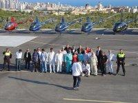 Gruppo accanto agli elicotteri