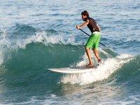 游泳Burriana海滩与波SUP