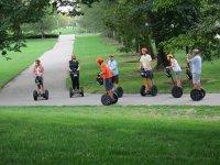 赛格威路径穿过草坪乘坐赛格威电动踏板车