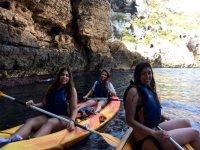 Amigas entrando en la cueva con los kayaks