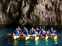 All'interno della grotta con i kayak