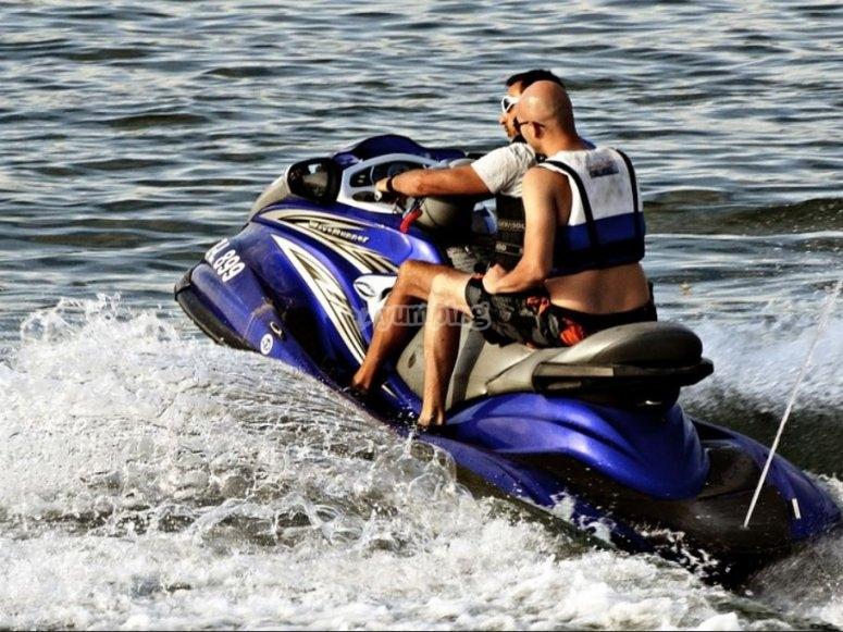 在蓝色的水上摩托车