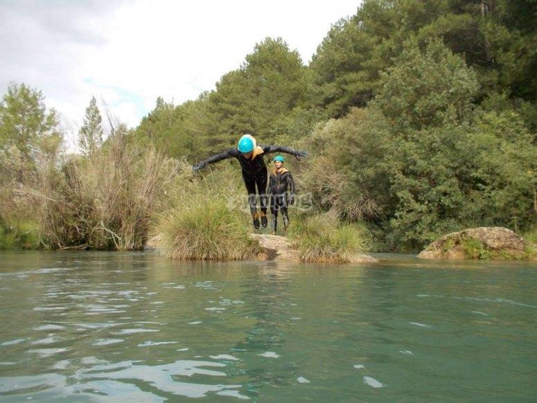 lanzandonos al rio en la sierra de cuenca