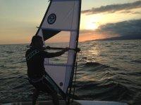 hombre atardecer windsurf