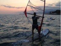 男子日落男子帆板帆板冲浪