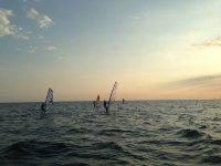 tres personas windsurf