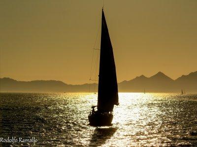帆船穿过阿尔特亚湾。 4个小时