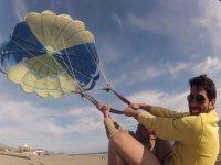 在沙滩上练习风筝