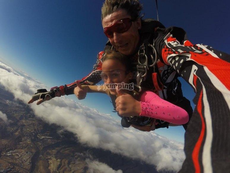 Un salto de paracaidismo perfecto
