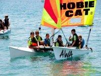 帆船儿童的教训在格拉纳达海滩水上运动的院校