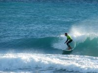 sur la plage de Grenade en surfant