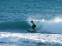 rompiendo ola tras el surfista