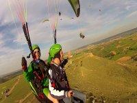 自由飞行在拉穆埃拉鸟滑翔伞