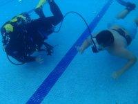 Prácticas de buceo en piscina La Línea