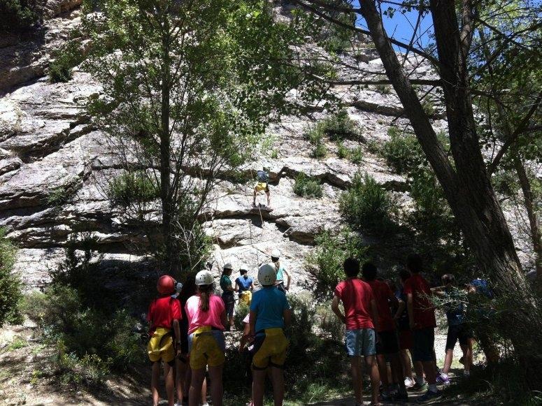 Escalando en la pared de roca