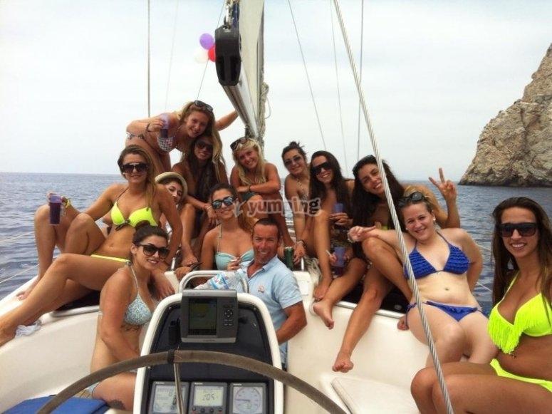 Grupo de chicas en velero