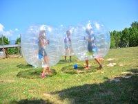 Jugando con burbujas en el campamento