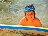 Con tabla y gafas de snorkel