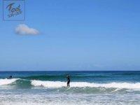 Cogiendo sus primeras olas