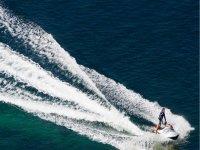 Levantando oleaje con la moto de agua