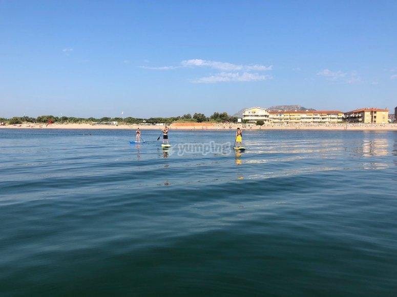 参观带有SUP木板的普莱特拉海滩