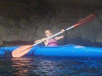 Niño iniciandose en los kayaks