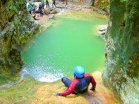 Salto a la piscina natural