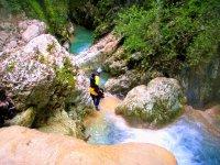 Bajando por las rocas