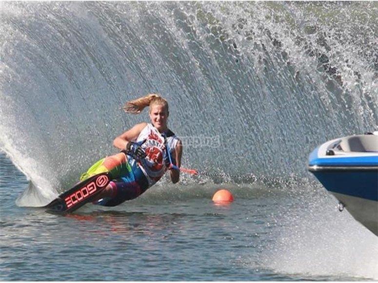 Chica esquiando en el mar