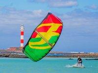 Llevando en kite al agua