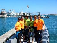 Instructores y visitantes en el barco de seguridad